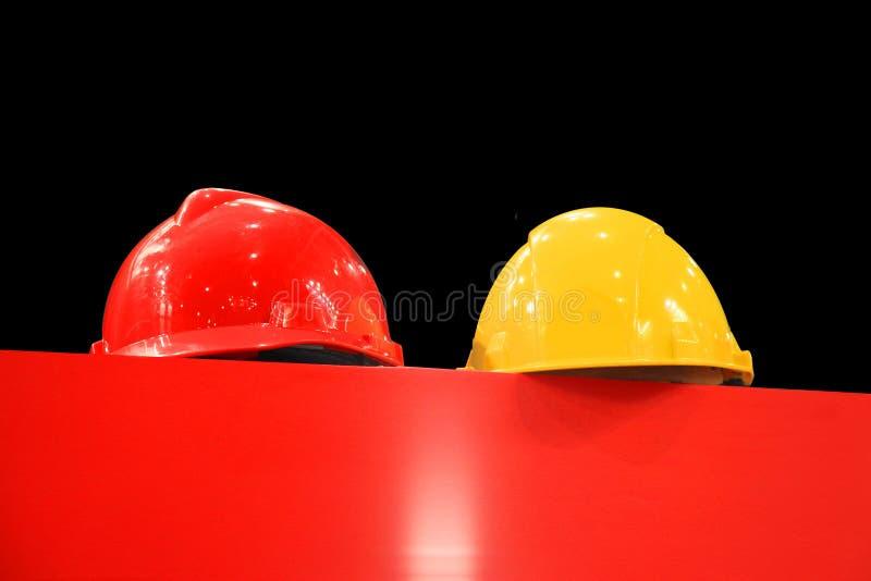 Σκληρά καπέλα σε ένα μαύρο υπόβαθρο στοκ φωτογραφίες με δικαίωμα ελεύθερης χρήσης