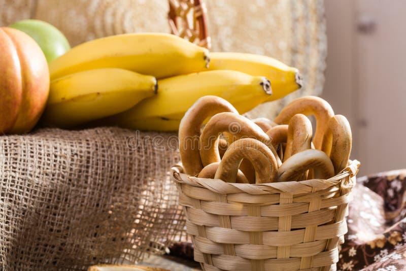 Σκληρά ωοειδή μπισκότα στο καλάθι στοκ εικόνες με δικαίωμα ελεύθερης χρήσης