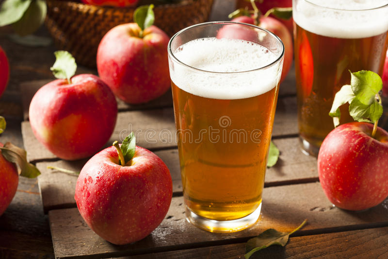 Σκληρή αγγλική μπύρα μηλίτη της Apple στοκ εικόνες