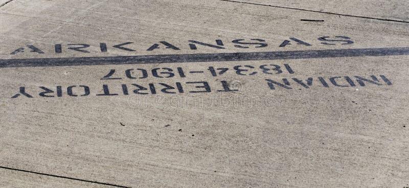 Σκληρή γραμμή που παρουσιάζει όπου το Αρκάνσας αρχίζει και αμερικανοί ιθαγενείς που απομακρύνονται από την πατρίδα στοκ φωτογραφία