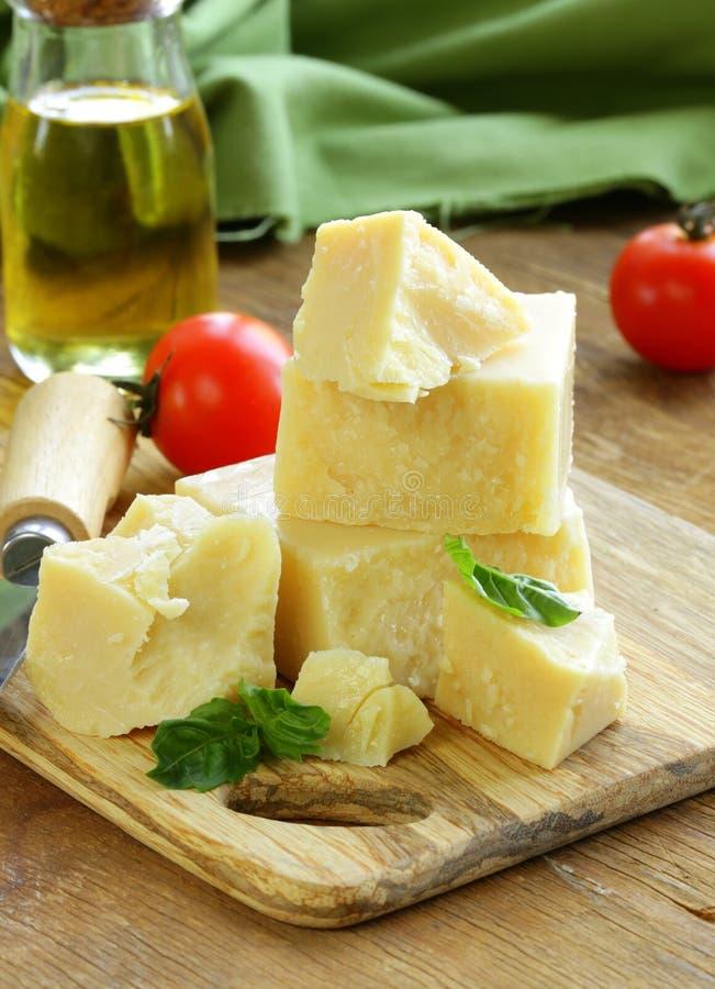 Σκληρό φυσικό τυρί παρμεζάνας στοκ φωτογραφία με δικαίωμα ελεύθερης χρήσης