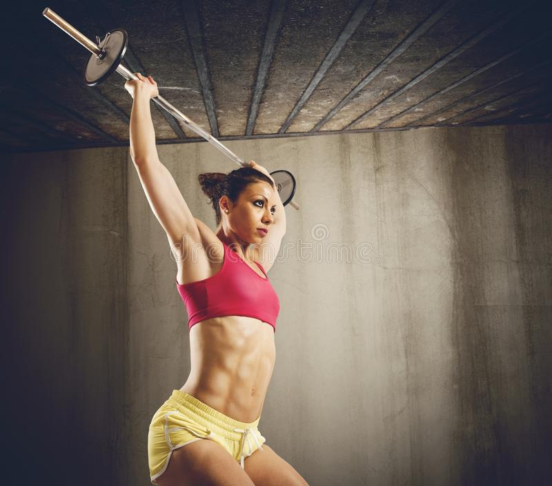 Σκληρό workout με το barbell στοκ φωτογραφία