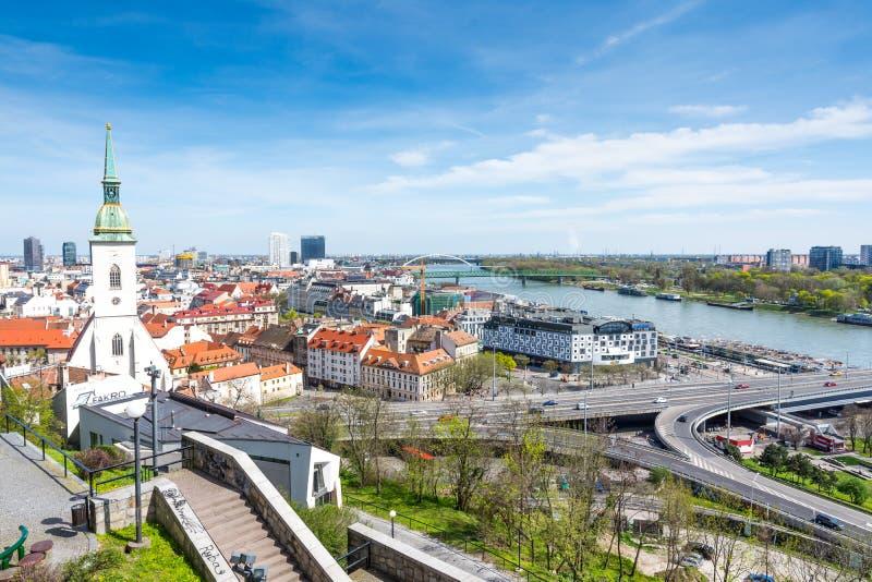 Σλοβακία, Μπρατισλάβα - 14 Απριλίου 2018: Άποψη της Μπρατισλάβα και του καθεδρικού ναού του ST Martin από τη Μπρατισλάβα Castle,  στοκ εικόνα με δικαίωμα ελεύθερης χρήσης