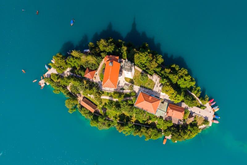 Σλοβενία - εναέρια λίμνη θερέτρου άποψης που αιμορραγείται Εναέρια φωτογραφία κηφήνων FPV στοκ φωτογραφία με δικαίωμα ελεύθερης χρήσης