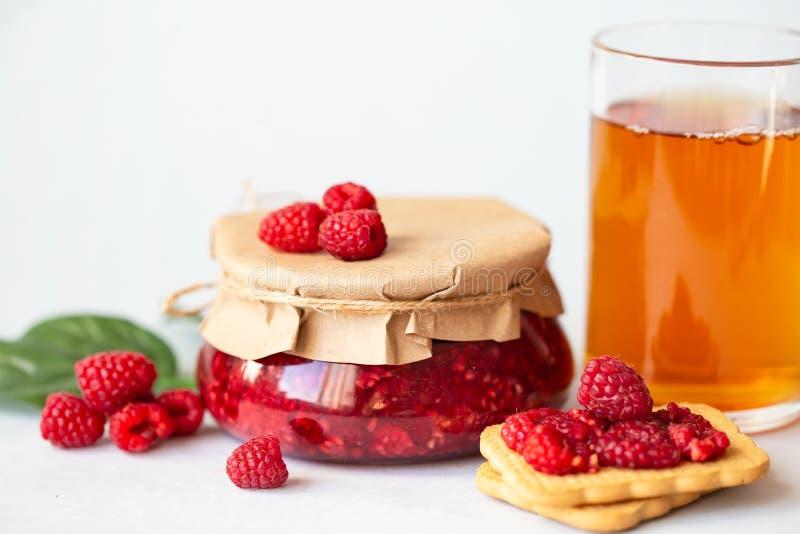 Σμέουρα με τη ζάχαρη, υγιή φρέσκα σμέουρα, σπιτική μαρμελάδα σε ένα βάζο, πρόγευμα πρωινού σε ένα ελαφρύ υπόβαθρο στοκ φωτογραφίες με δικαίωμα ελεύθερης χρήσης