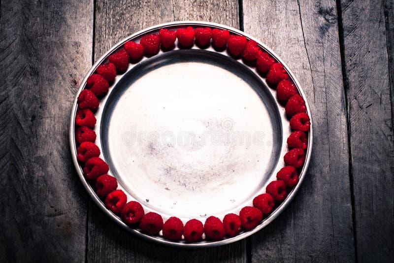 Σμέουρα στο πιάτο στοκ φωτογραφία με δικαίωμα ελεύθερης χρήσης