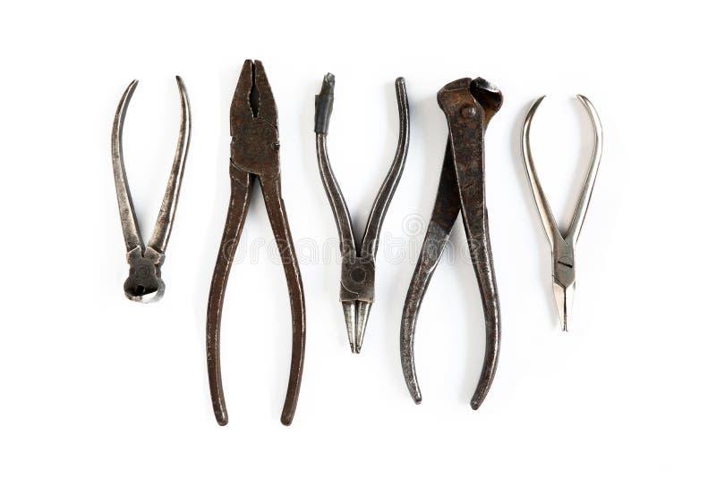 Τα παλαιά εργαλεία βρίσκονται σε ένα απομονωμένο λευκό υπόβαθρο Σμίλες, κόπτες καλωδίων, πένσες, λαβίδες και άλλα εργαλεία στοκ εικόνα με δικαίωμα ελεύθερης χρήσης