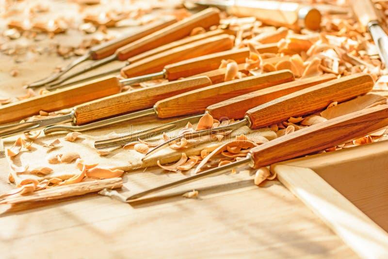 Σμίλες που τοποθετούνται στα ξύλινα ξέσματα στο γραφείο στοκ φωτογραφία