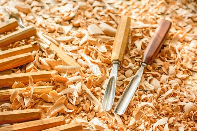 Σμίλες που τοποθετούνται στα ξύλινα ξέσματα στο γραφείο στοκ φωτογραφίες με δικαίωμα ελεύθερης χρήσης