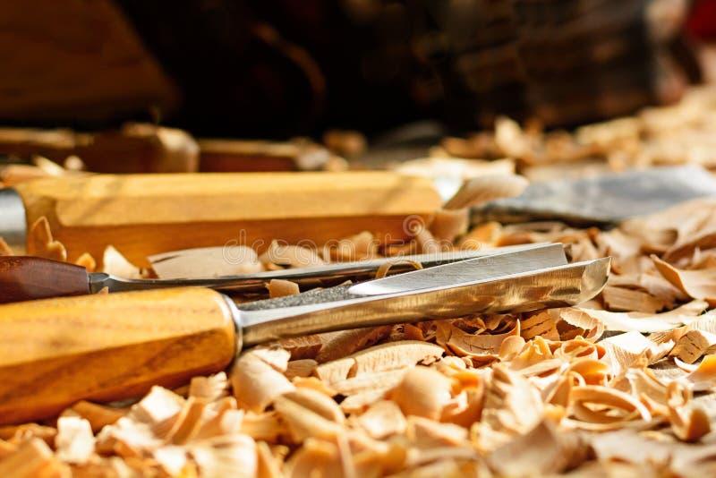 Σμίλες που τοποθετούνται στα ξύλινα ξέσματα στο γραφείο στοκ εικόνα με δικαίωμα ελεύθερης χρήσης