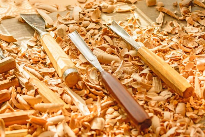 Σμίλες που τοποθετούνται στα ξύλινα ξέσματα στο γραφείο στοκ φωτογραφία με δικαίωμα ελεύθερης χρήσης