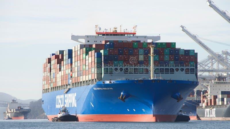 ΣΜΊΛΕΥΣΗ ΙΜΑΛΆΙΑ φορτηγών πλοίων COSCO που μπαίνει στο λιμένα του Όουκλαντ στοκ φωτογραφία με δικαίωμα ελεύθερης χρήσης