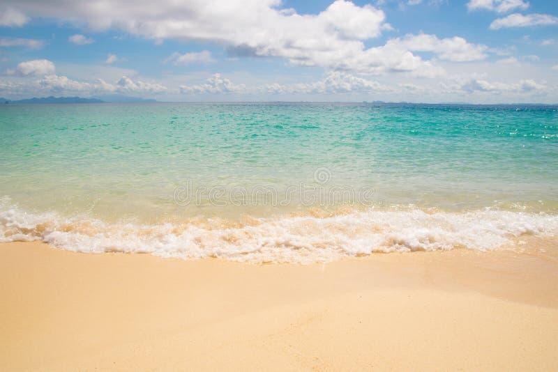 Σμαραγδένιες κύματα θάλασσας μπροστινής άποψης και παραλία άμμου στοκ εικόνες