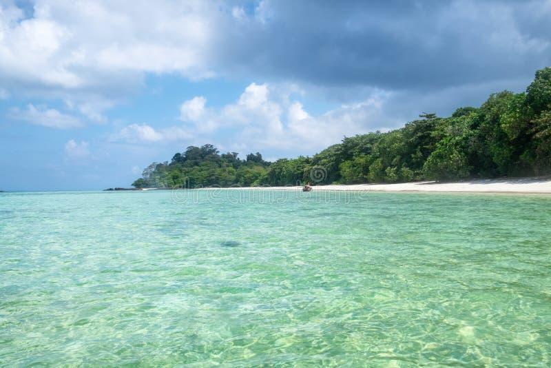 Σμαραγδένια σαφής θάλασσα με την ακτή παραλιών στοκ εικόνες