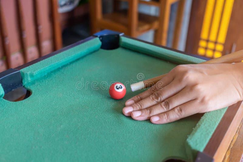 Σνούκερ παιχνιδιών έτοιμο για τη σφαίρα που πυροβολείται στον πράσινο πίνακα στο φραγμό στοκ φωτογραφίες