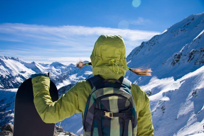σνόουμπορντ βουνών κοριτσιών agaist στοκ φωτογραφία