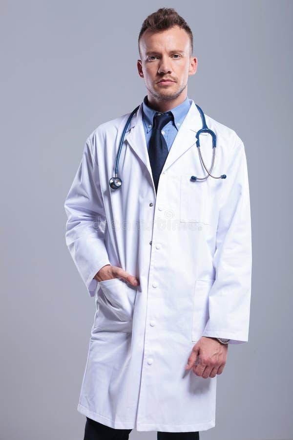 σοβαρές νεολαίες γιατρ στοκ εικόνες
