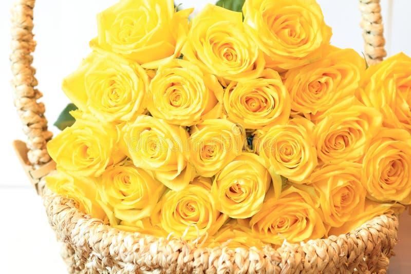 Σοβαρή ανθοδέσμη των λουλουδιών για τις όμορφες κυρίες, δέσμη των τριαντάφυλλων στοκ εικόνα
