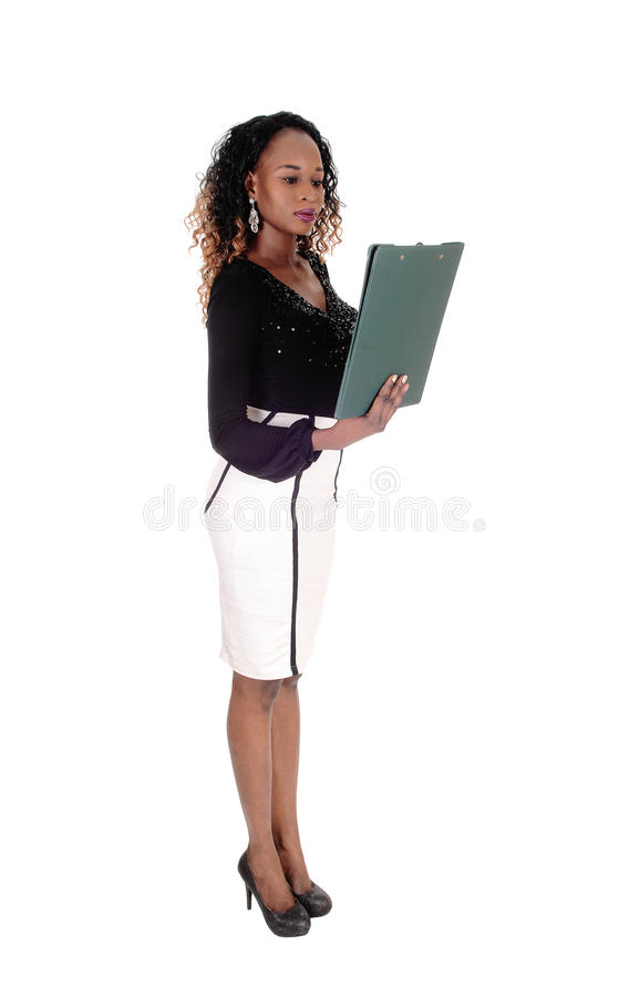 Σοβαρή γυναίκα που διαβάζει το έγγραφό της στοκ εικόνες με δικαίωμα ελεύθερης χρήσης