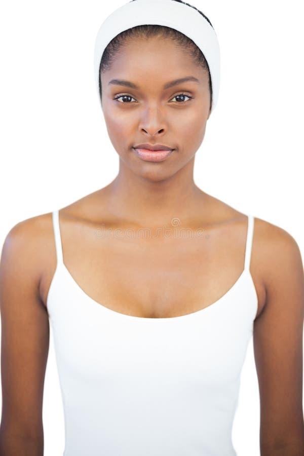 Σοβαρή γυναίκα που φορά άσπρο headband στοκ φωτογραφία