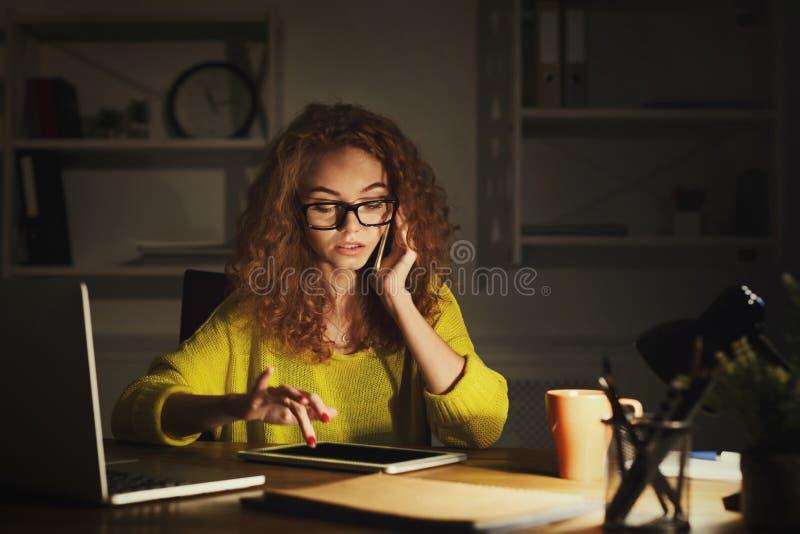 Σοβαρή γυναίκα στην εργασία που μιλά στο τηλέφωνο στοκ εικόνα με δικαίωμα ελεύθερης χρήσης