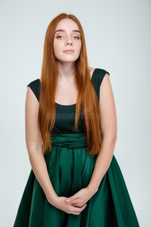 Download Σοβαρή γυναίκα στο πράσινο φόρεμα που εξετάζει τη κάμερα Στοκ Εικόνες - εικόνα από γυναίκα, φόρεμα: 62722114