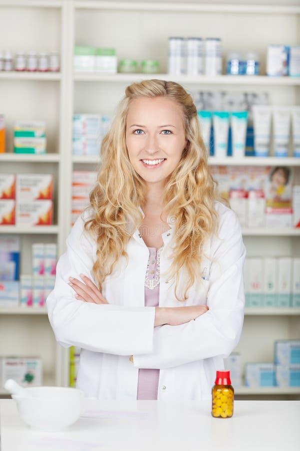 Σοβαρή γυναίκα φαρμακοποιών φαρμακοποιών στοκ φωτογραφία με δικαίωμα ελεύθερης χρήσης