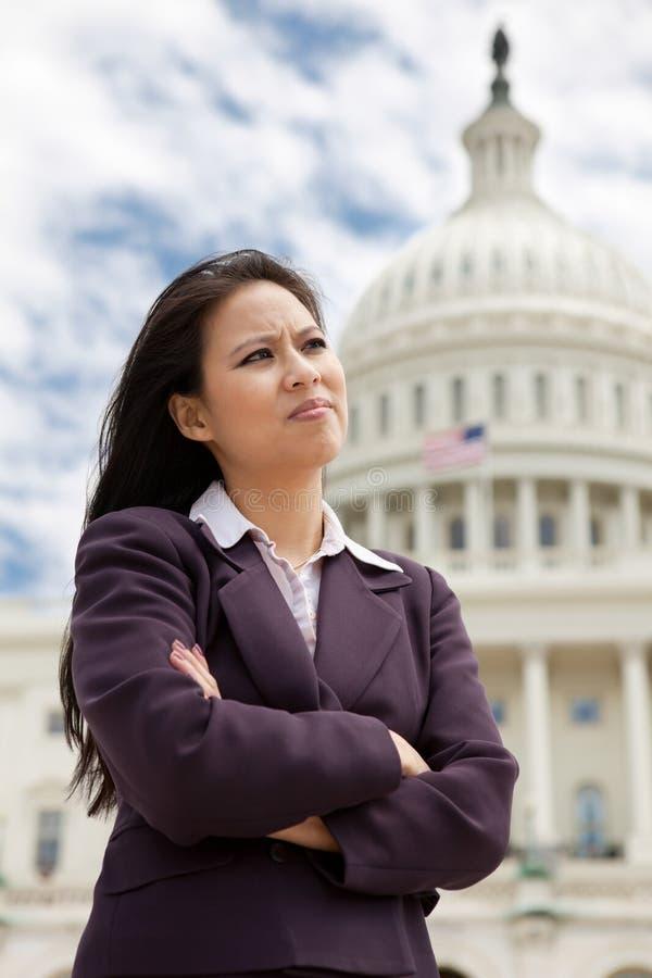 Σοβαρή επιχειρηματίας στην Ουάσιγκτον στοκ εικόνες με δικαίωμα ελεύθερης χρήσης
