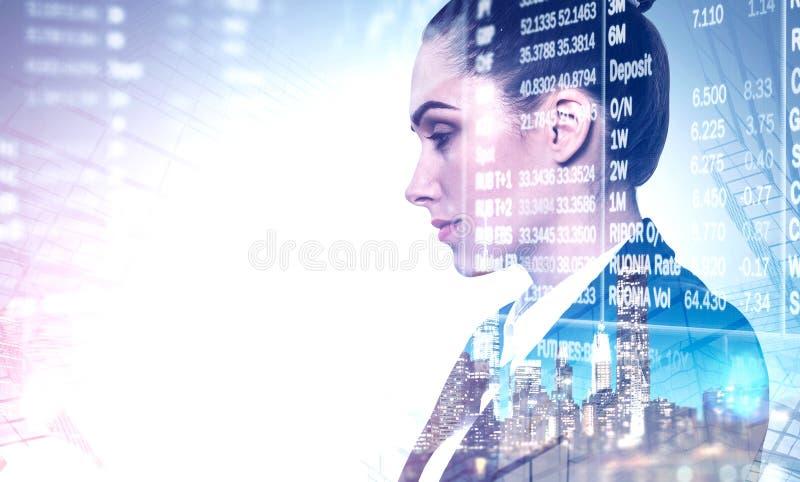 Σοβαρή επιχειρηματίας στην πόλη, χρηματιστήριο στοκ εικόνες με δικαίωμα ελεύθερης χρήσης