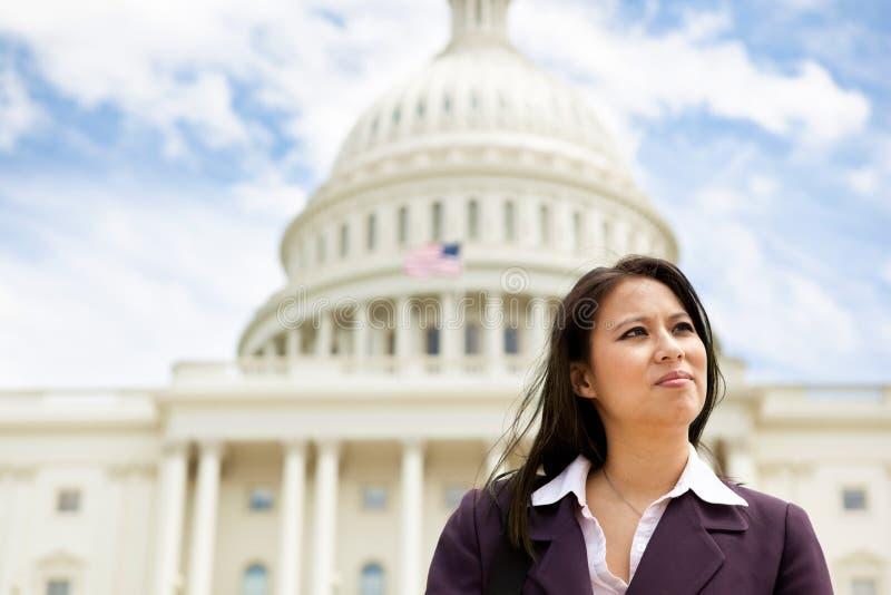 Σοβαρή επιχειρησιακή γυναίκα στο αμερικανικό capitol στοκ εικόνες με δικαίωμα ελεύθερης χρήσης