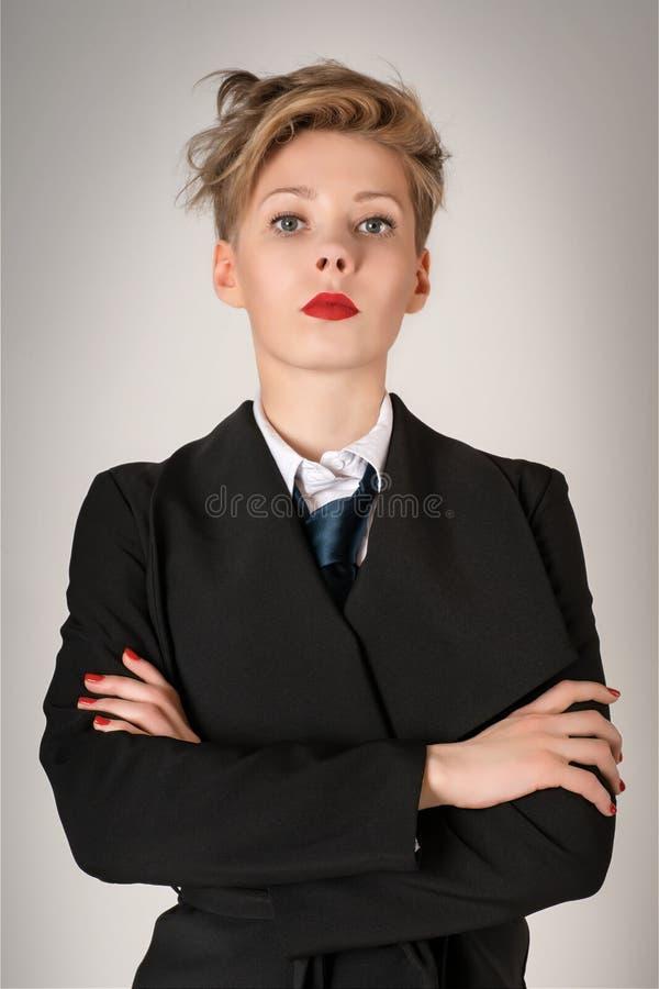 Σοβαρή επιχειρησιακή γυναίκα στο μαύρο κοστούμι στοκ εικόνες
