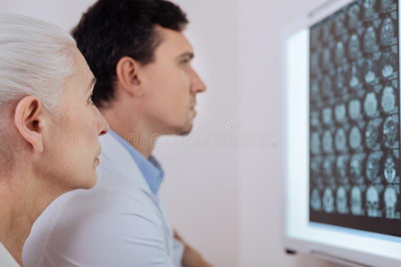 Σοβαρή ηλικιωμένη γυναίκα που επισκέπτεται έναν ογκολόγο στοκ εικόνες