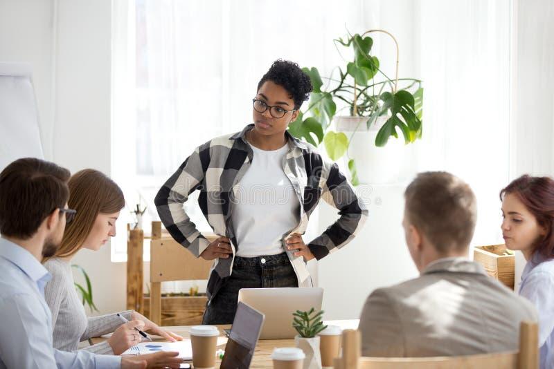 Σοβαρή μαύρη θηλυκή συνεδρίαση του μολύβδου που ακούει το συνάδελφο στοκ φωτογραφίες με δικαίωμα ελεύθερης χρήσης