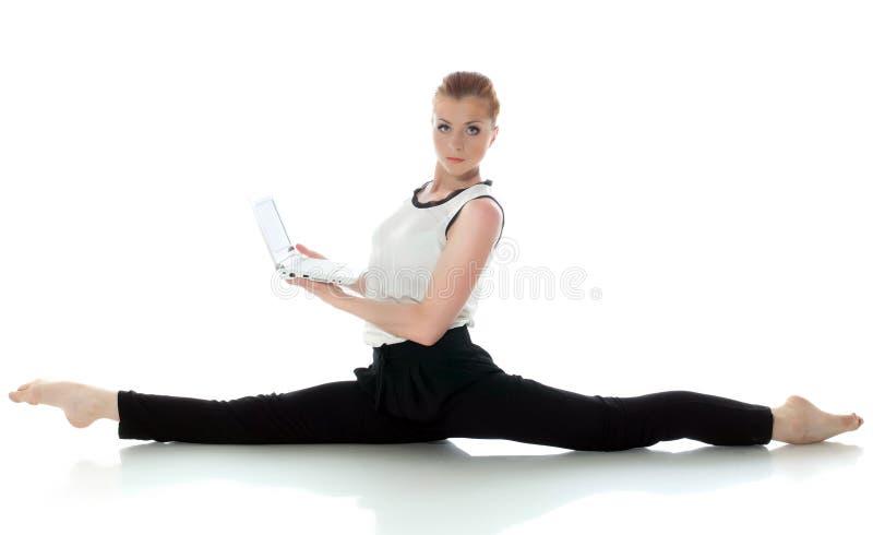 Σοβαρή νέα gymnast τοποθέτηση με το lap-top στοκ εικόνες με δικαίωμα ελεύθερης χρήσης
