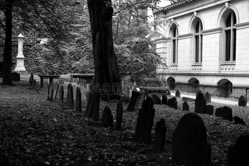σοβαρή παλαιά αυλή τριών ταφοπετρών στοκ εικόνα με δικαίωμα ελεύθερης χρήσης