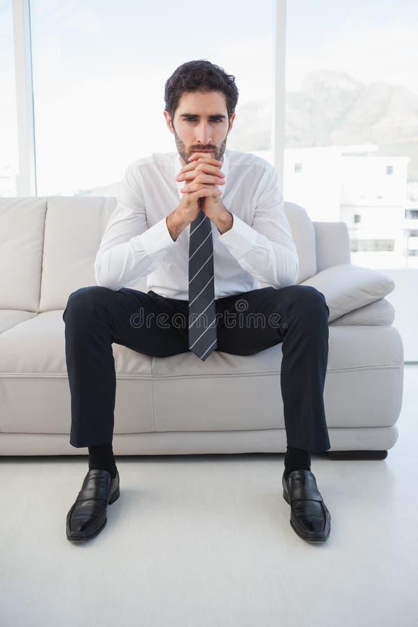 Σοβαρή συνεδρίαση επιχειρηματιών στον καναπέ στοκ φωτογραφία με δικαίωμα ελεύθερης χρήσης