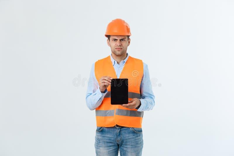 Σοβαρή ταμπλέτα εκμετάλλευσης ατόμων μηχανικών και έλεγχος του προγράμματος, αισθάνεται δυστυχισμένος και σοβαρός από το πρόγραμμ στοκ φωτογραφίες με δικαίωμα ελεύθερης χρήσης