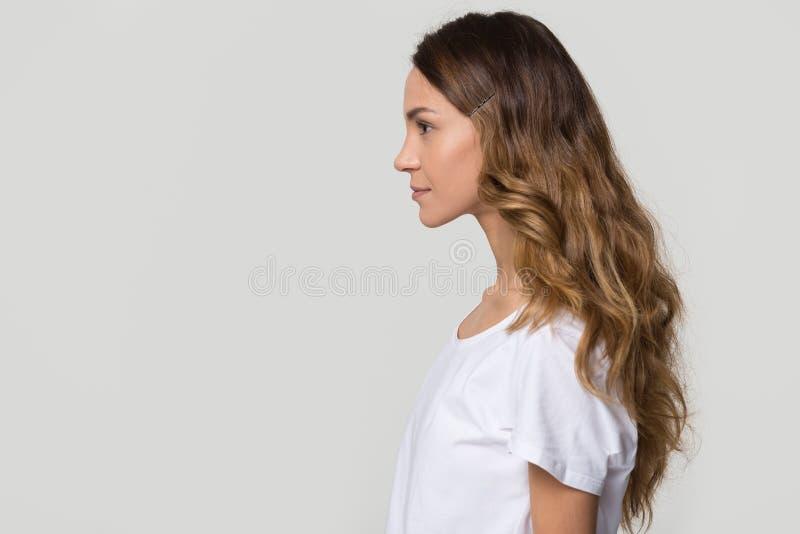 Σοβαρή χιλιετής γυναίκα που στέκεται στο σχεδιάγραμμα στο άσπρο γκρίζο υπόβαθρο στοκ φωτογραφίες