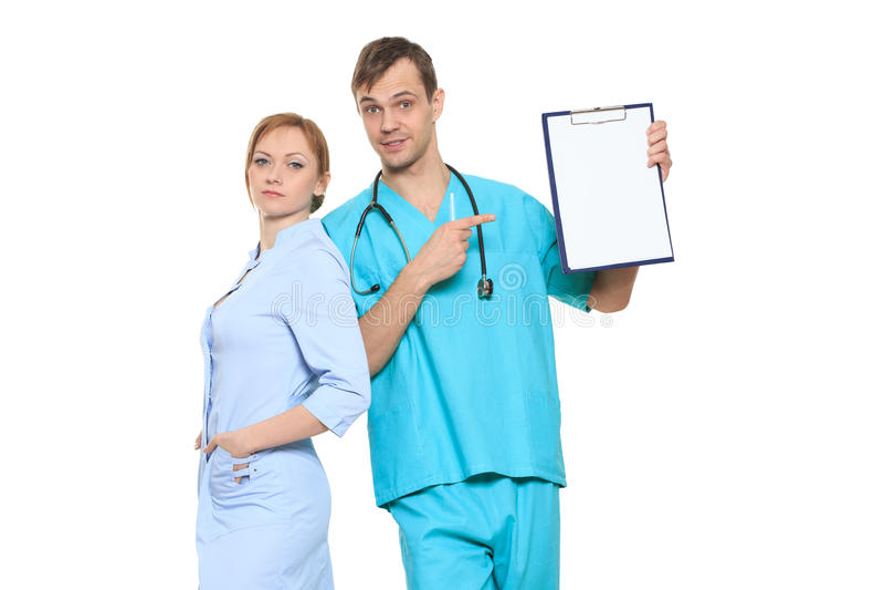 Σοβαροί γιατροί ομάδας που παρουσιάζουν τον κενό πίνακα στοκ εικόνες