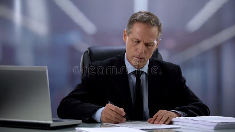 Σοβαρός άνδρας εργοδότης που διαβάζει και σημειώνει την αίτηση για εργασία, ιδέα διαχείρισης στοκ φωτογραφία με δικαίωμα ελεύθερης χρήσης