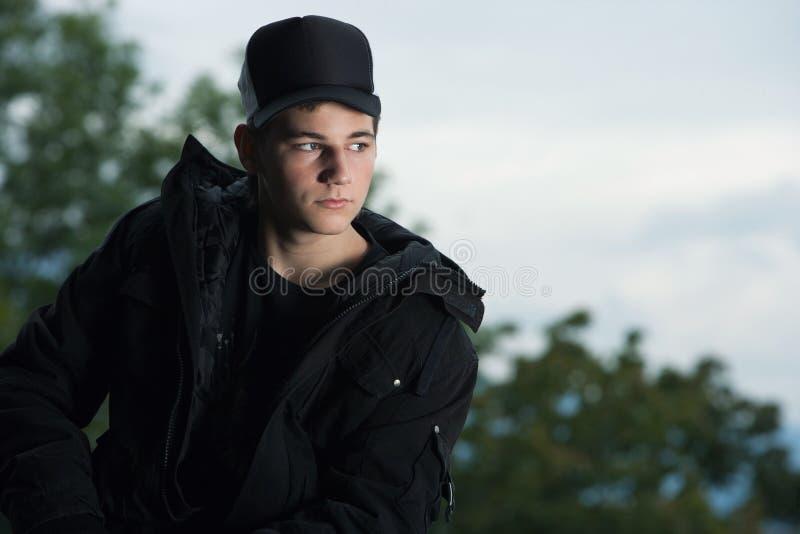 Σοβαρός έφηβος με μια βαρύθυμη έκφραση στοκ φωτογραφίες