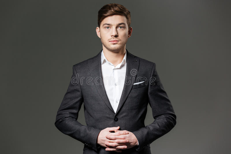 Σοβαρός βέβαιος νέος επιχειρηματίας στο μαύρο κοστούμι και το άσπρο πουκάμισο στοκ φωτογραφίες με δικαίωμα ελεύθερης χρήσης