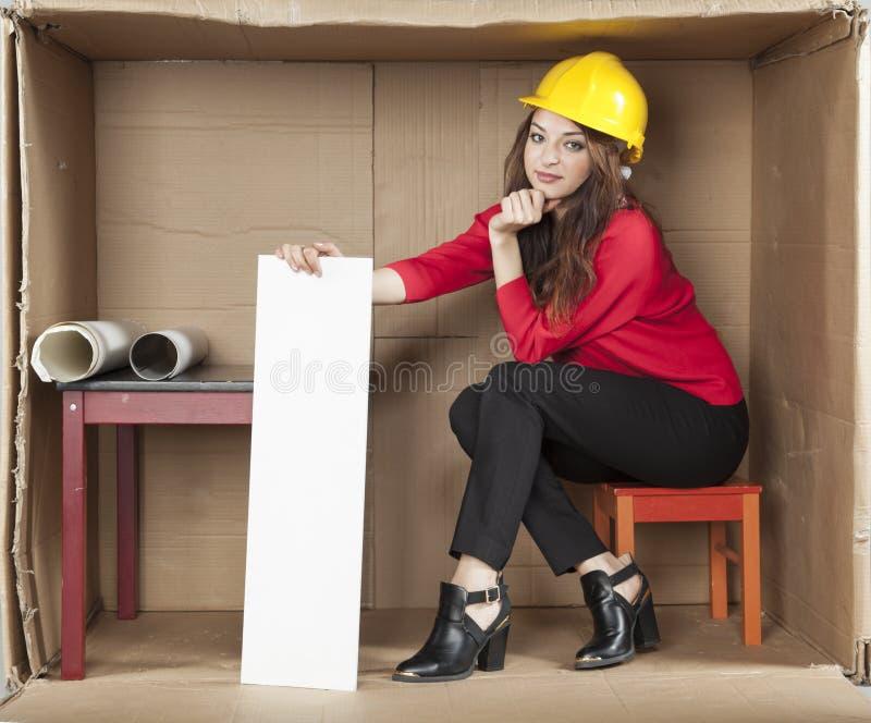 Σοβαρός γυναικείος αρχιτέκτονας στο γραφείο στοκ εικόνες