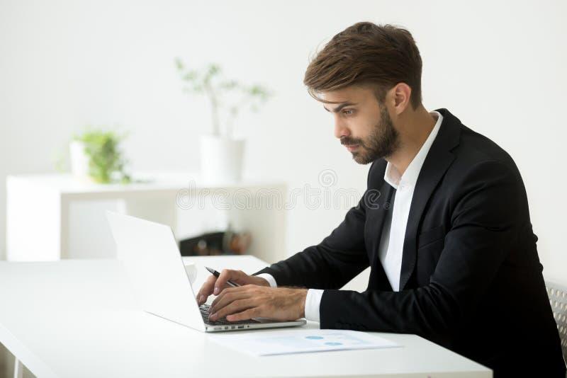 Σοβαρός επιχειρηματίας που δακτυλογραφεί τα ηλεκτρονικά ταχυδρομεία στους συνέταιρους στοκ εικόνες με δικαίωμα ελεύθερης χρήσης