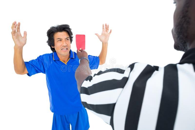 Σοβαρός διαιτητής που παρουσιάζει κόκκινη κάρτα στο φορέα στοκ φωτογραφίες