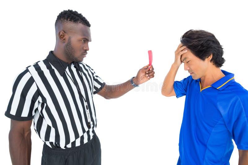 Σοβαρός διαιτητής που παρουσιάζει κόκκινη κάρτα στο φορέα στοκ φωτογραφίες με δικαίωμα ελεύθερης χρήσης