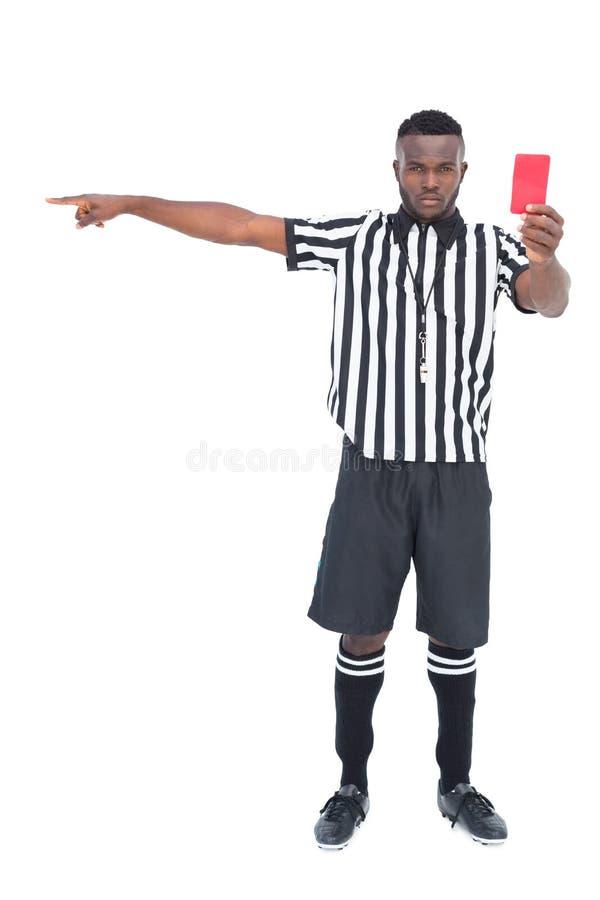Σοβαρός διαιτητής που παρουσιάζει κόκκινη κάρτα στοκ φωτογραφία με δικαίωμα ελεύθερης χρήσης