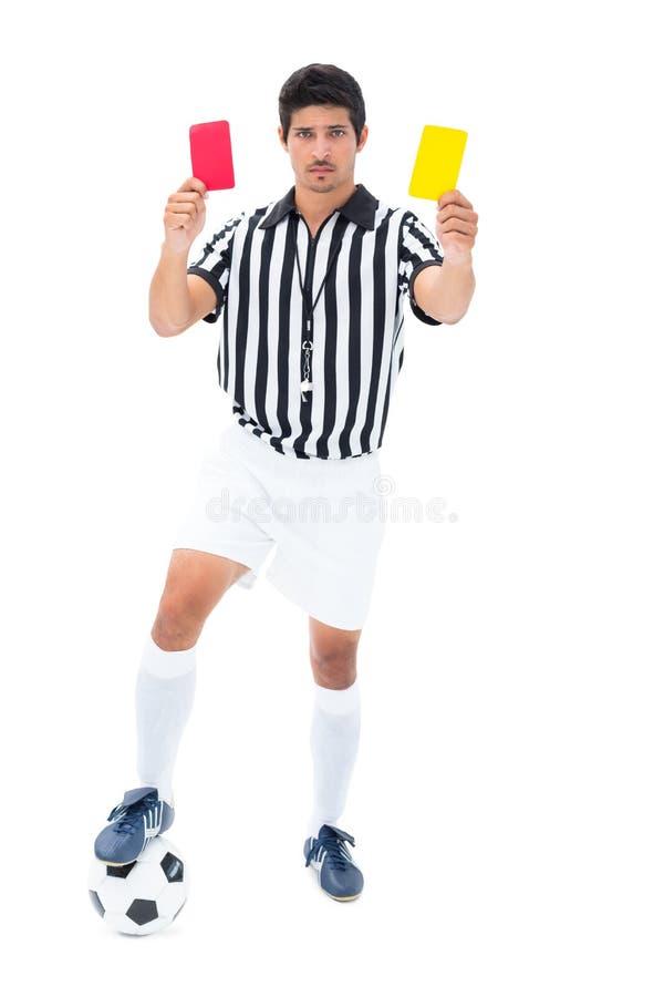 Σοβαρός διαιτητής που παρουσιάζει κόκκινη και κίτρινη κάρτα στοκ φωτογραφίες με δικαίωμα ελεύθερης χρήσης
