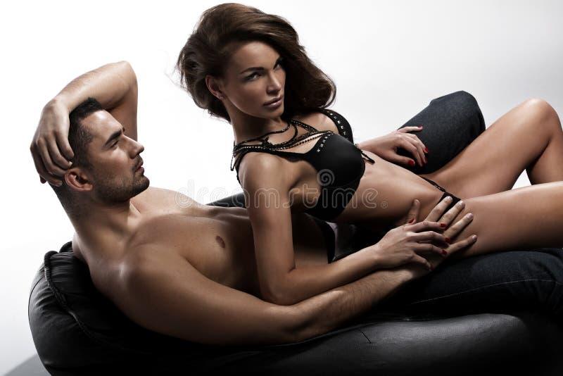 Σοβαρός κοιτάξτε μιας ελκυστικής γυναικείας συνεδρίασης δίπλα στο σύζυγό της στοκ εικόνα με δικαίωμα ελεύθερης χρήσης