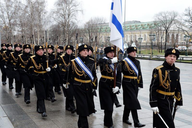Σοβαρός Μάρτιος της φρουράς τιμής μετά από να βάλει ανθίζει στον τάφο του άγνωστου στρατιώτη στον κήπο του Αλεξάνδρου στοκ εικόνες με δικαίωμα ελεύθερης χρήσης